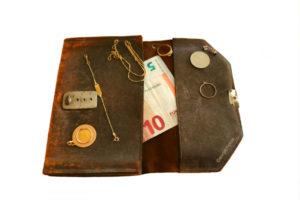 Portemonne met geld in euro's oud en nieuw